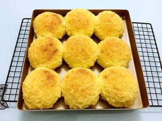 最爱面包+椰蓉酱面包,烤好取出晾至手温装入保鲜袋密封保存