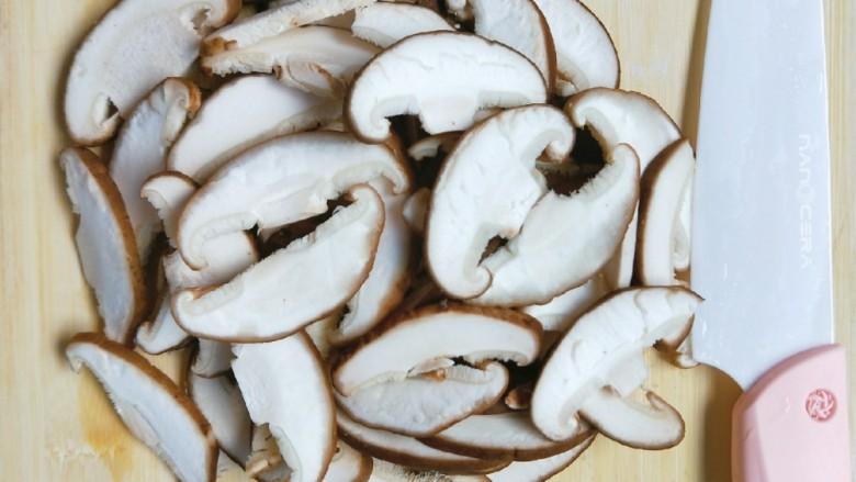 香菇肉片,香菇洗干净切片