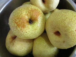 秋梨膏,这次熬梨膏是用的砀山梨,清水洗净。这个梨刚刚上市,果农手中买的,比那种加了保鲜剂的保鲜梨要好。