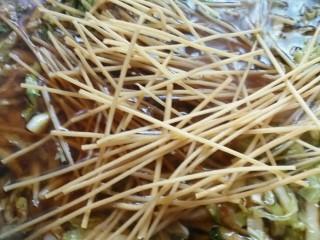 白菜粉条豆泡炖一锅,开锅加入粉条,粉条可以提前泡好,可以用干的,这样炖熟的菜,菜比较味,因为粉条所以时间长