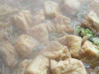 白菜粉条豆泡炖一锅,粉条烂了加入豆泡,加入素鸡精,盐