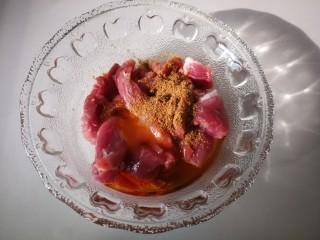 #糖醋菜#糖醋酸辣大白菜,然后加入五香粉,芝麻油,鸡汁,蚝油,盐。并拌匀。
