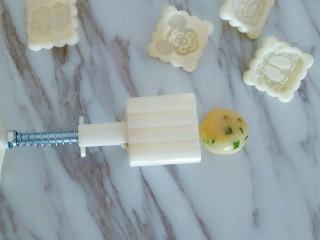 香葱桃酥,取一个面团揉圆,放入月饼模具中
