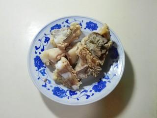 天太冷了~喝碗花椒萝卜骨头汤,和冷水一起烧开撇去浮沫,再温水冲洗干净