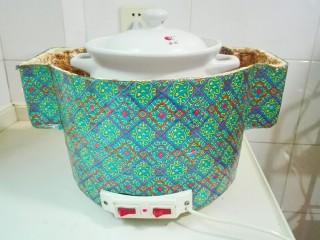 天太冷了~喝碗花椒萝卜骨头汤,把砂锅移到电焐锅里面,高火烧一个小时
