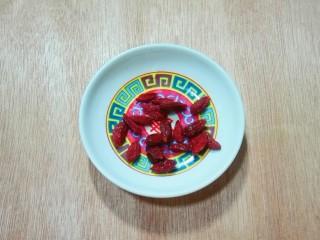 天太冷了~喝碗花椒萝卜骨头汤,枸杞洗净