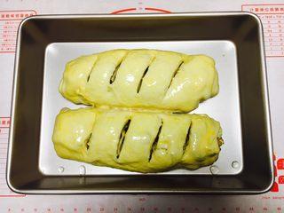 最爱面包➕新疆三果大列巴,用小刀在大列巴表面割4刀,割的深度要深些。