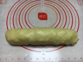 最爱面包➕新疆三果大列巴,卷好的三果大列巴,把粘合的封口放在下边。