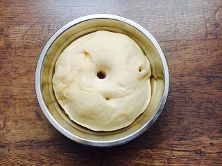 最爱面包➕新疆三果大列巴,面团发酵是原来面团的1.5倍或者2倍,手指蘸面粉,戳入面团,面团不茴缩即可。