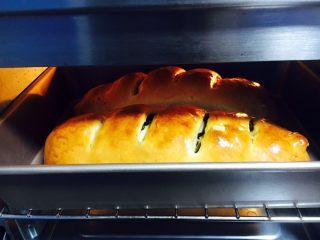 最爱面包➕新疆三果大列巴,面包烤到20分钟后很易上色,请随时注意观察大列巴的颜色,颜色满意后就盖上锡纸。