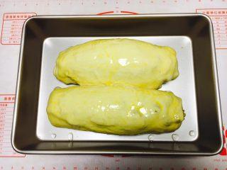 最爱面包➕新疆三果大列巴,把发酵好的大列巴的表面刷上全蛋液。