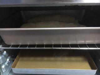 最爱面包➕新疆三果大列巴,放入烤箱进行第二次发酵,我的烤箱没有发酵功能但是不影响发酵,烤箱下边放一盘开水(我换了2次开水),静置发酵约40分钟~60分钟左右。