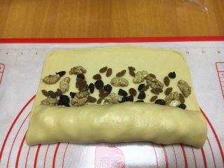 最爱面包➕新疆三果大列巴,从有三果的一边卷起,卷的时候要紧些。