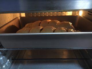 最爱面包➕新疆三果大列巴,放入烤箱中层,烤约30分钟左右。