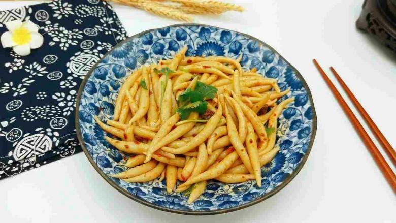 凉拌莜面鱼鱼,放入碗中,加入调料拌均匀即可食用。