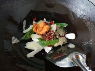 ≈羊肉火锅≈,倒入香料和火锅料,炒出香味