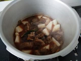 ≈羊肉火锅≈,我这里用高压锅煮,快一些,把羊肉,萝卜倒入高压锅中,上汽后,煮10分钟即可