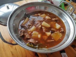 ≈羊肉火锅≈,把煮好的羊肉倒入酒精锅里