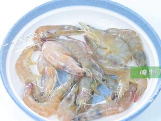 茄汁大虾,加料酒和生粉,腌制15分钟。