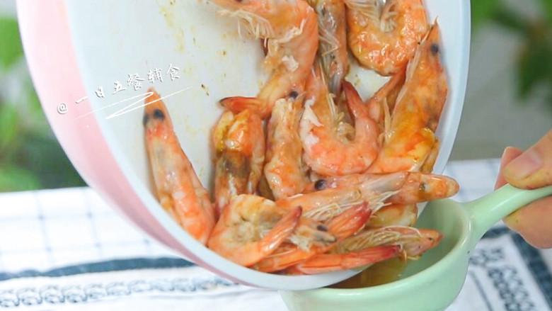 """茄汁大虾,两面都煎好倒出多余的油。 》》油还是少点好,膳食指南要求成年人每日食用油量是25克,绝大部分家庭都是超量的。涉及到煎、炸,一道菜就过量。建议多食用蒸、煮、炖、凉拌这些健康的烹调方式。""""菜油多才好吃""""、""""油多不坏菜""""这样的观点要彻底抛之脑后。这道菜是用煎,那么多余的油能倒出来都倒出来吧。"""