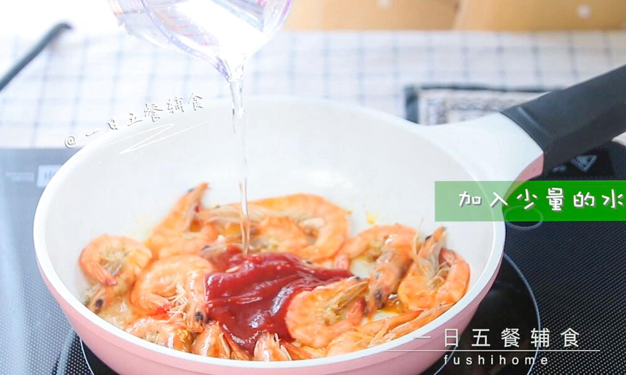 茄汁大虾,加入少量的水,翻炒。</p> <p>》》番茄沙司要把番茄酱浓郁的多,想要获得浓郁的茄汁,就得选番茄沙司,可以直接买无添加的番茄沙司,平常做料理都用它,孩子比较喜欢。个人觉得不需要买番茄酱。</p> <p>