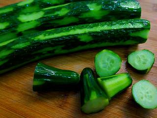 私房凉拌黄瓜,用刀去掉头尾,【这部分的通常有些苦苦的,而且干煸不好看,所以啊去掉为好】