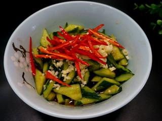 私房凉拌黄瓜, 在放入蒜蓉和辣椒丝儿拌匀之后放入冰箱冷藏10到15分钟左右