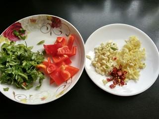糖醋菜   糖醋藕片,红椒切小块,香菜切碎,干辣椒,生姜,大蒜切碎。
