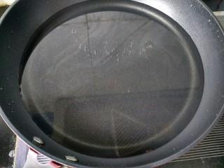 糖醋菜   糖醋藕片,锅中放适量的水并烧开。