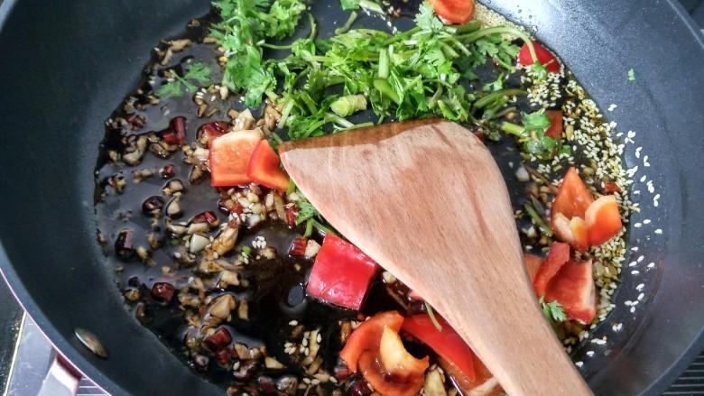 糖醋菜   糖醋藕片,将香菜,红椒放入锅中。