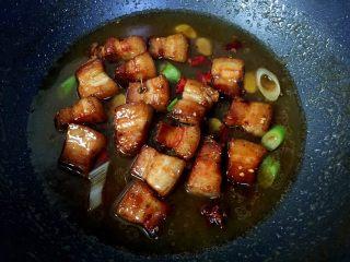 私房红烧肉,加入适量清水大火煮开。