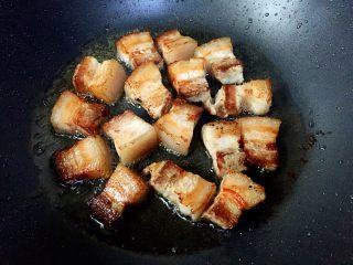 私房红烧肉,煸炒至表面金黄即可。