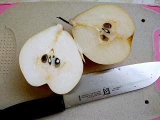 百香果梨汁,用锋利的刀子,将梨一切两瓣。