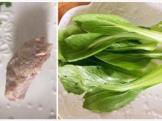 宝宝辅食之奶香玉米饼,取适量青菜一小块瘦肉,我正好有煮熟的瘦肉,如果没有的话生猪肉也是可以的