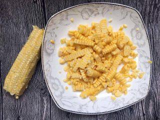 宝宝辅食之奶香玉米饼,新鲜甜玉米一根,先把玉米粒剥下来,或是像我一样直接用刀把玉米粒切下来,因为后面弄成玉米糊,所以并不要求必须完整的玉米粒