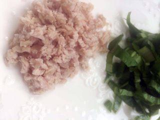 宝宝辅食之奶香玉米饼,将猪肉和绿叶菜切碎,根据宝宝的接受程度决定切块的大小哦,先把猪肉下锅,猪肉可以多煮一会儿,如果是生猪肉,更要多熬煮一下,建议最少20分钟哦