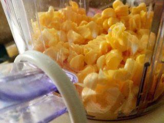 宝宝辅食之奶香玉米饼,玉米粒加牛奶或是白水,放进料理解榨成糊,在这之前需要把玉米须挑出干净哦。