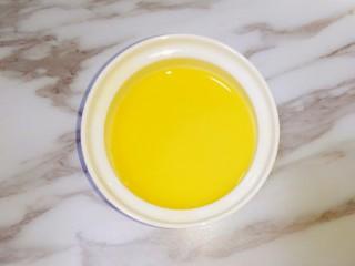 虾仁蒸蛋,过滤好的鸡蛋液盖上盖子(或者保鲜膜,用牙签在保鲜膜上戳几个小孔)