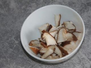 双菇蛋花汤,香菇切片