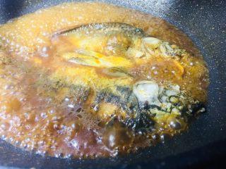 单身必吃独家酱烧鲫鱼,盖上盖子,火你开到中火就行,慢慢焖,焖到水没多少,你就开盖子看看得了
