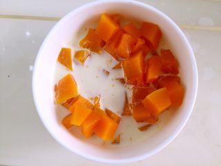 宝宝辅食—金黄小馒头 10M,将南瓜放入碗中,放入配方奶,用勺子杂碎南瓜,越碎越好。(这一步最好用辅食机搅拌成南瓜泥,我有点偷懒了🤗)