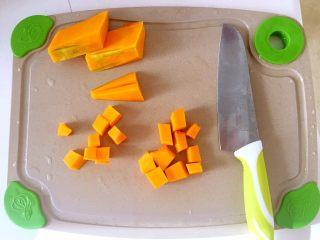 宝宝辅食—金黄小馒头 10M,南瓜洗净去瓤,切成小块备用。
