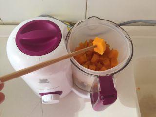 宝宝辅食—金黄小馒头 10M,可以用筷子戳一下,这样就可以了。