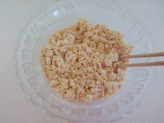 宝宝辅食—金黄小馒头 10M,搅拌成絮状,用手揉成面团。先用手揉一会,如果最后沾手就加点面粉,太干就加点水。刚开始不要着急加水或面粉,揉一会看看。