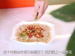 清蒸金针菇,等水烧开后,将金针菇放锅上面蒸,5-8分钟即可