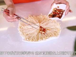 清蒸金针菇,将调料拌匀,均匀撒在金针菇上