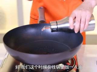清蒸金针菇,往锅里加一点油