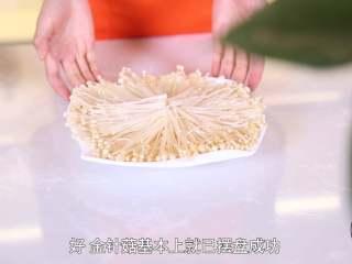 清蒸金针菇,金针菇洗净后摆盘