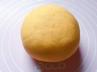 豆沙红薯饼,用手和成软硬适中的面团。
