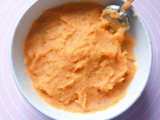 豆沙红薯饼,将蒸熟的红薯用勺子压成泥。